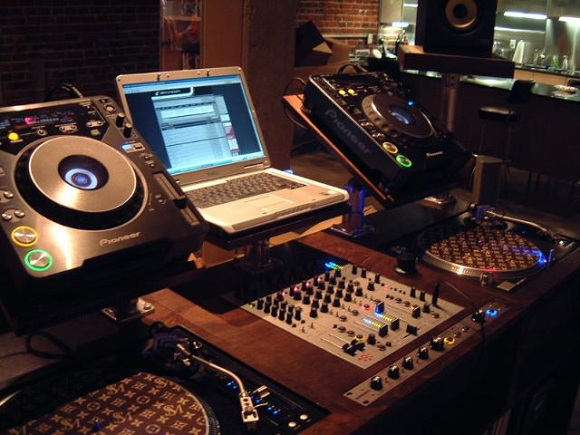 best dj setup DJ Setup For Beginners – 5 Essentials To Start DJing Fast